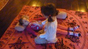 bambini praticano shiatsu